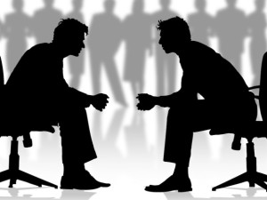 Hombres de Negocios discutiendo sentados